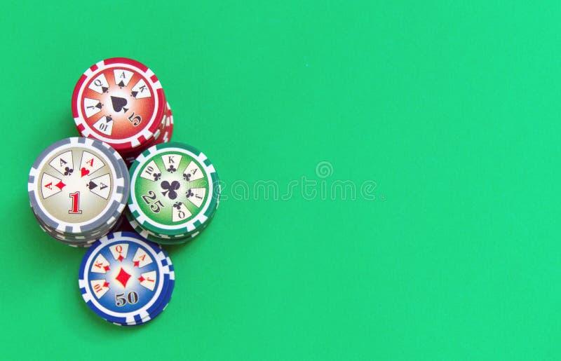 赌博的芯片在选材台上堆积 免版税库存图片