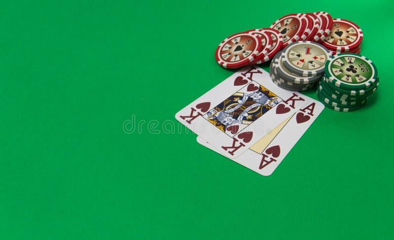 赌博的芯片堆和纸牌在选材台上 免版税库存照片