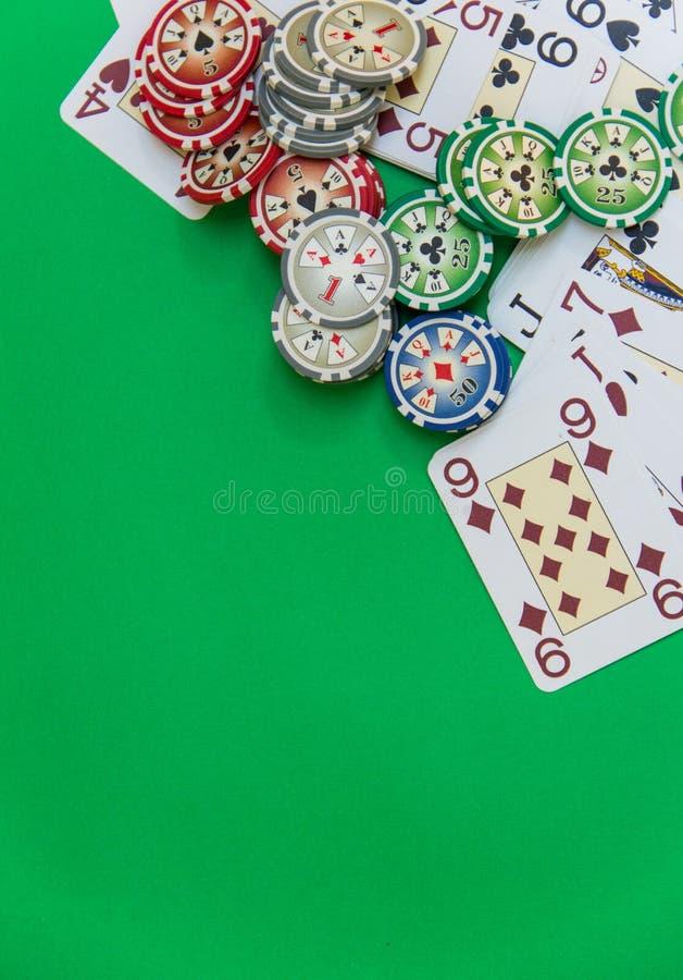 赌博的芯片堆和纸牌在选材台上 免版税库存图片