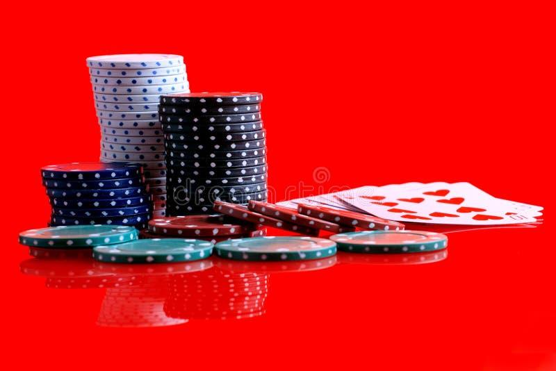 赌博看板卡的筹码 免版税库存图片