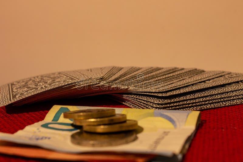 赌博,与卡片、金钱或者完全打牌,当家庭团聚 免版税库存照片