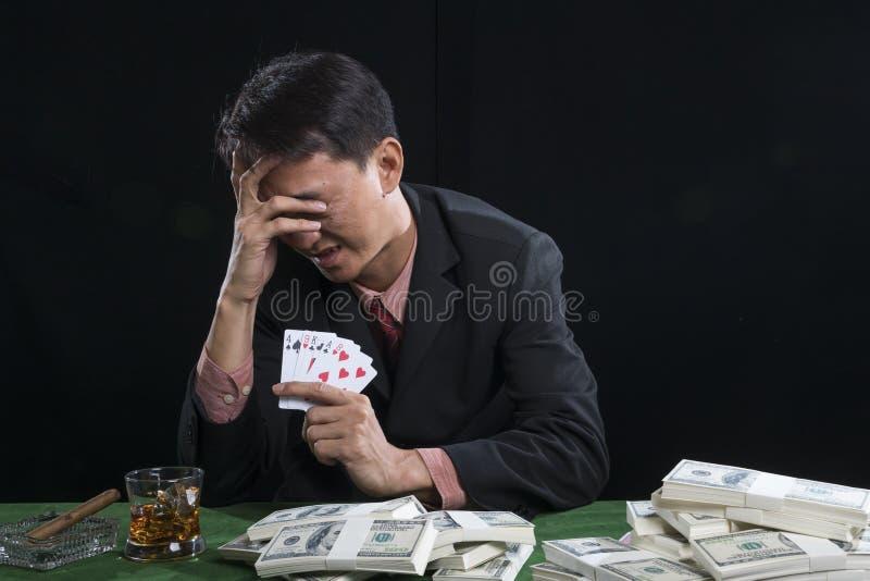 赌客使用了一只手与重音的面孔 免版税库存图片
