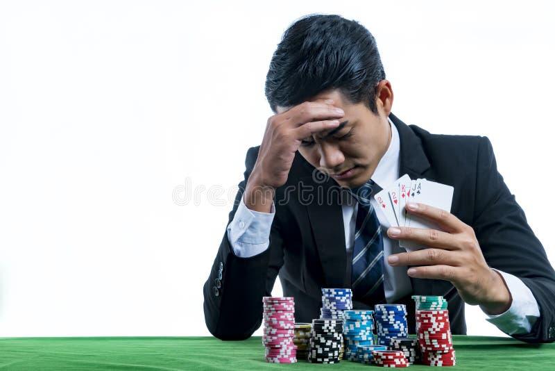 年轻赌客使用了一只手与重音的面孔 免版税库存图片