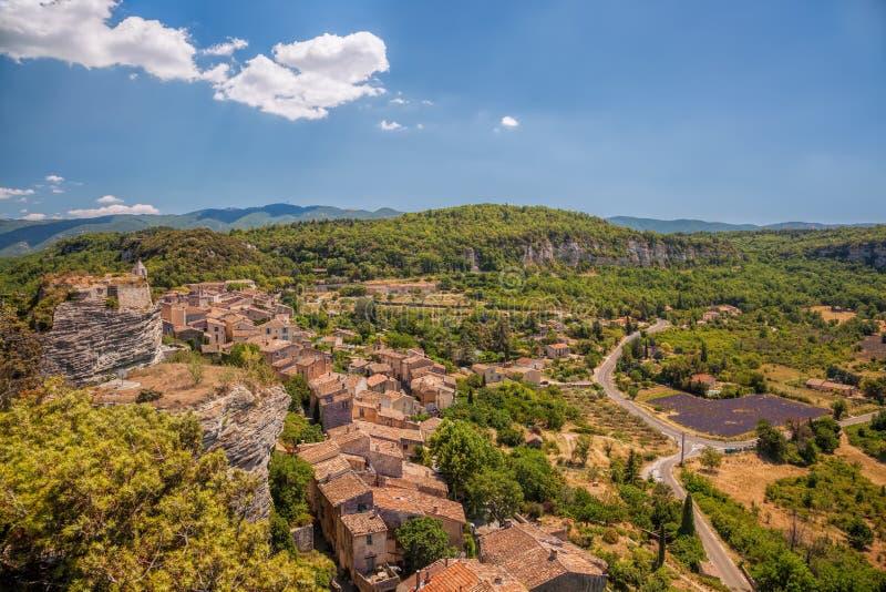 赛尼翁村庄有淡紫色领域的在Luberon,普罗旺斯,法国 库存图片