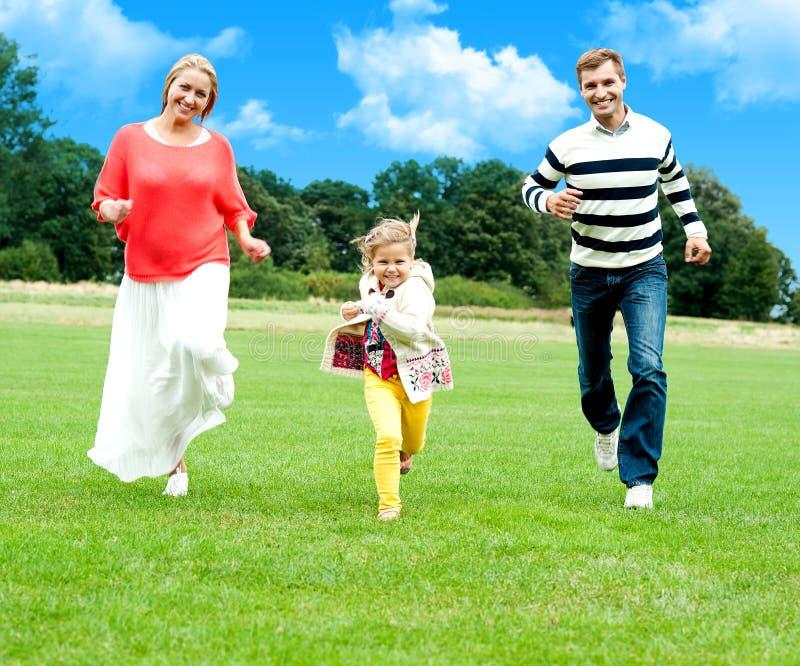赛跑与他们逗人喜爱的女儿的新夫妇 库存图片