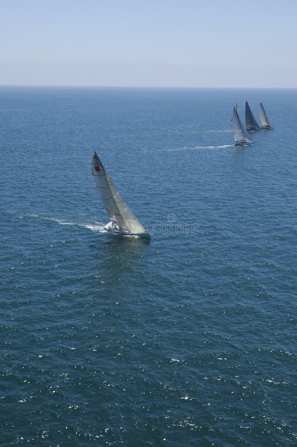赛跑在蓝色海洋的风船与天空 免版税图库摄影