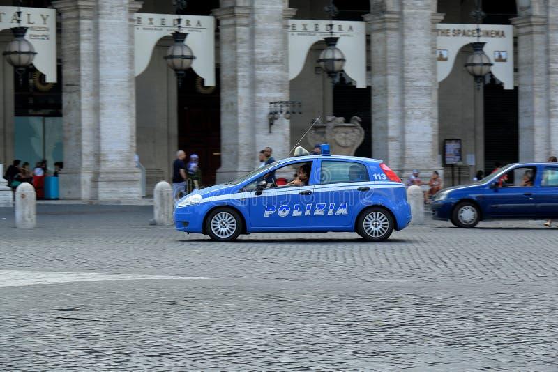 赛跑在街道下的警车在罗马,意大利 免版税库存照片