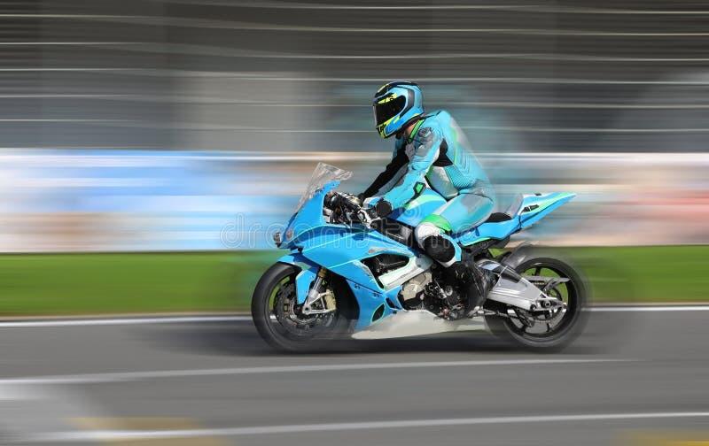 赛跑在赛马跑道的摩托车车手 免版税库存图片