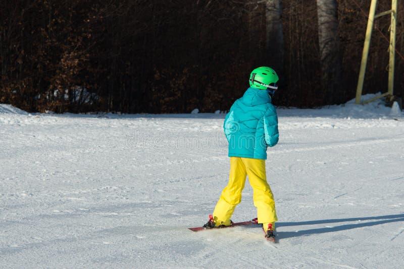 赛跑在雪的小滑雪者 库存图片