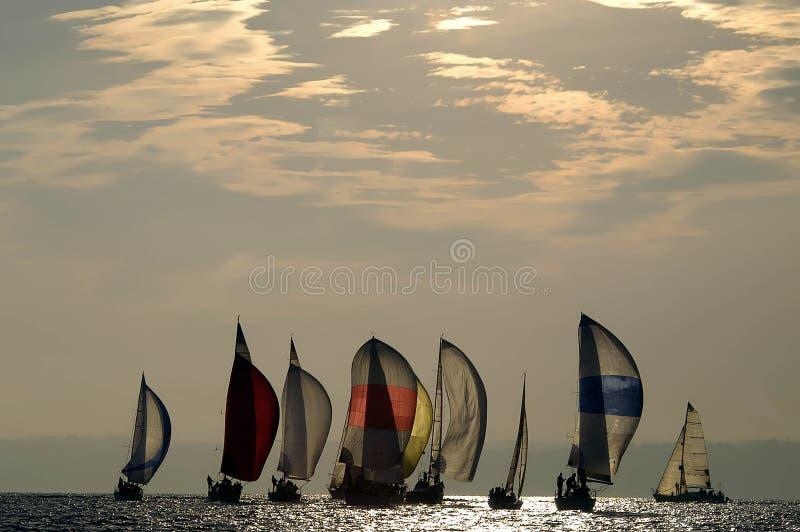 赛跑在黄昏的风船 库存图片