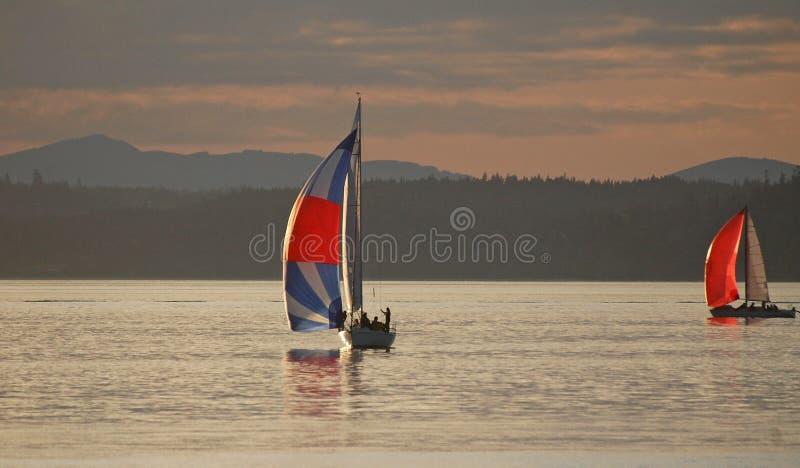 赛跑对在皮吉特湾的终点线的两条风船 库存照片