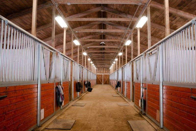 赛跑槽枥的马厩动物体育小牧场骑马大农场 免版税图库摄影