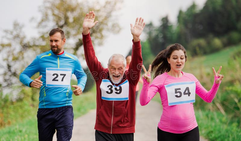 赛跑种族比赛本质上的大小组多一代人民 免版税库存图片