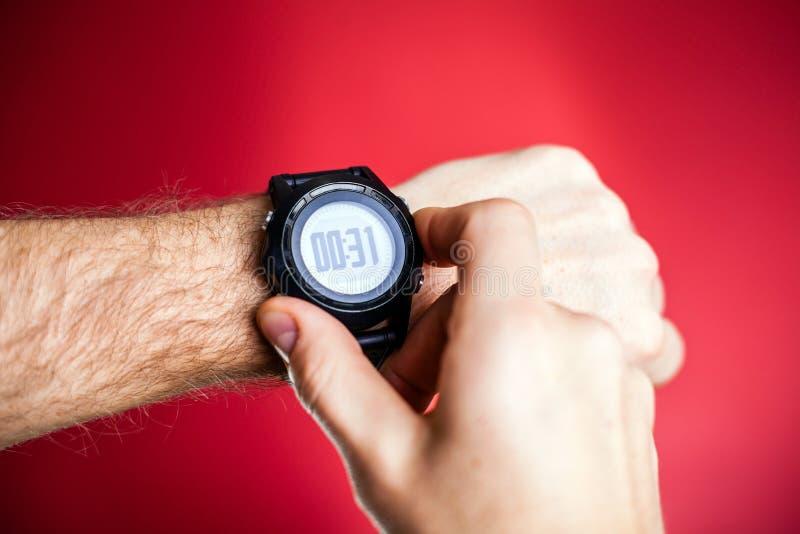 赛跑者准备好与体育运动手表 库存照片