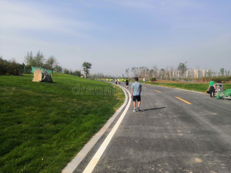 赛跑者和步行者 库存照片