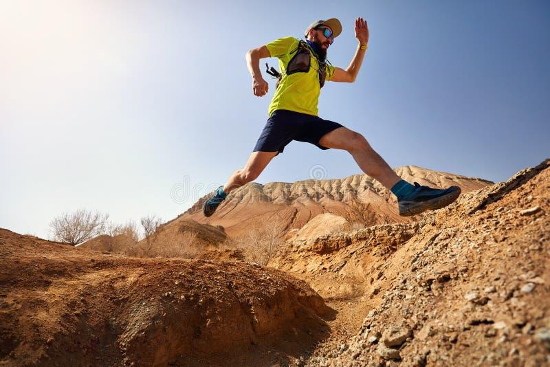 赛跑者在沙漠 库存照片
