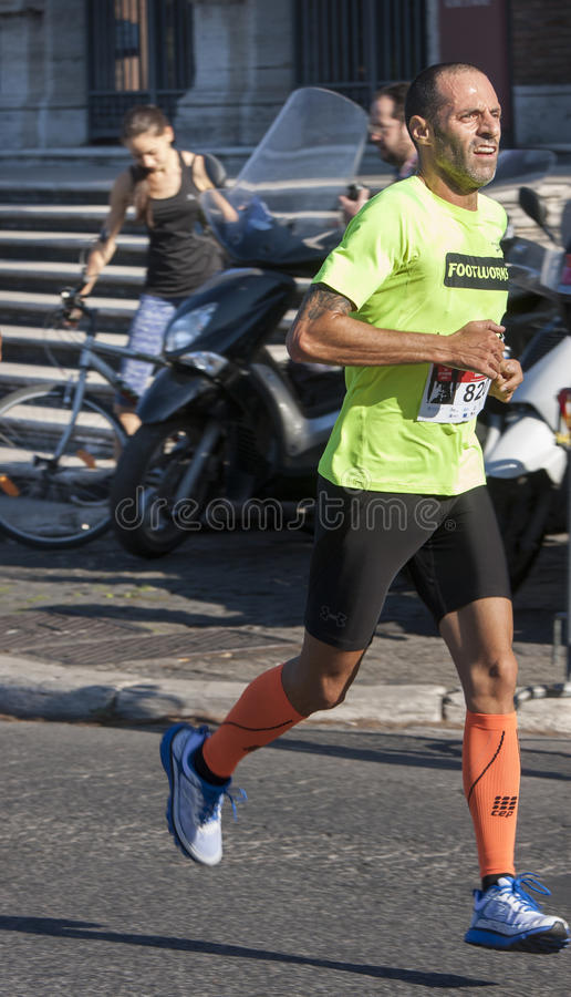 赛跑者在路的竞争中 库存图片