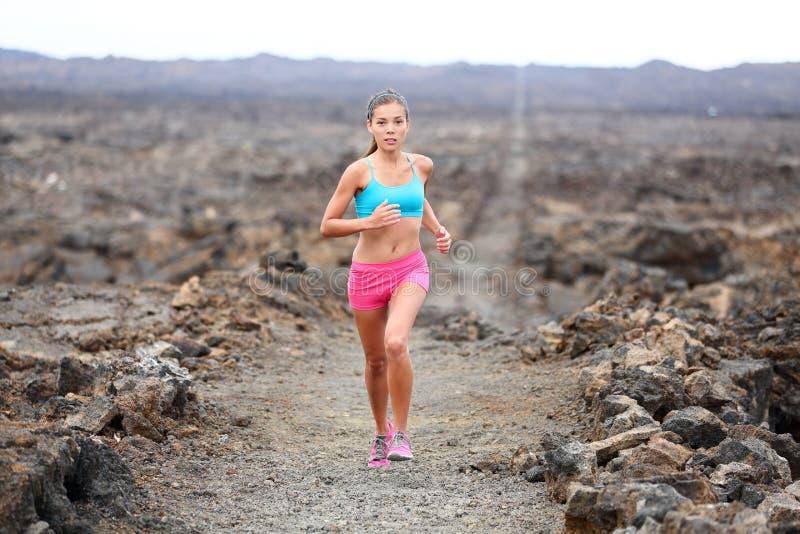 赛跑者妇女triathlete足迹赛跑 免版税库存图片