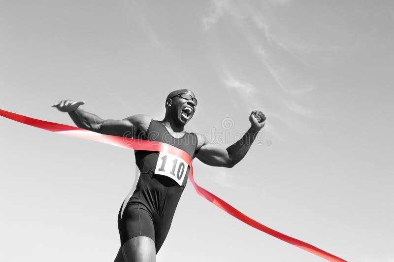赛跑者横穿终点线 库存照片