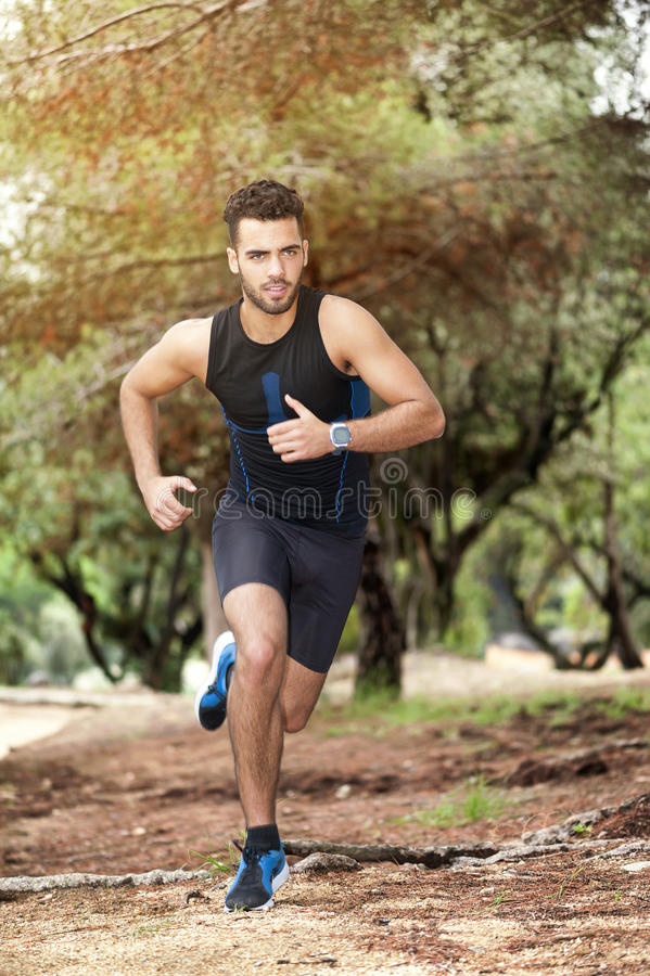赛跑者男孩在森林里 免版税库存图片
