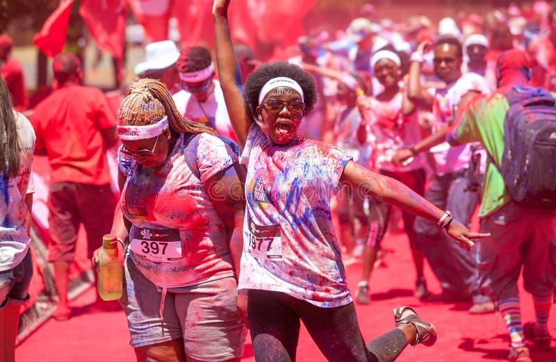 赛跑者获得乐趣在颜色奔跑 免版税库存图片
