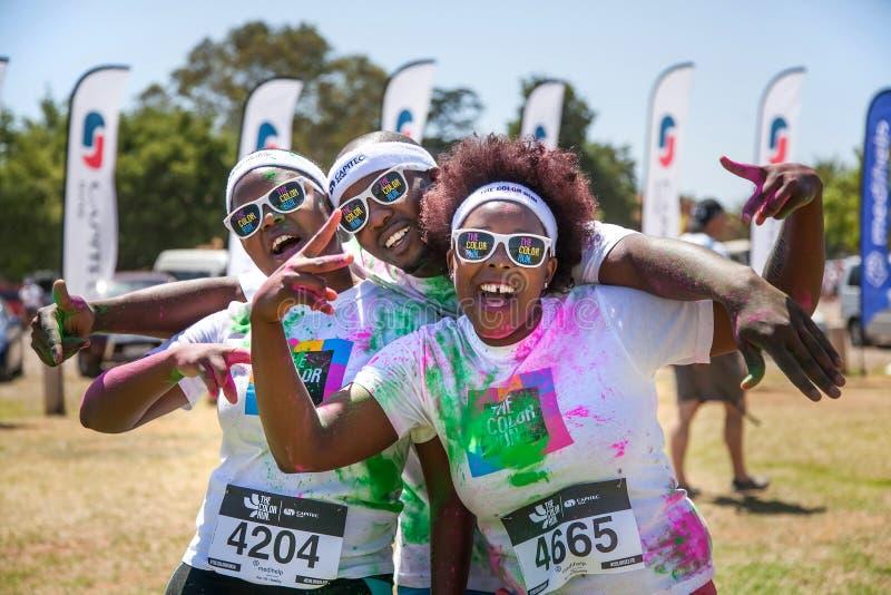 赛跑者获得乐趣在颜色奔跑 库存图片