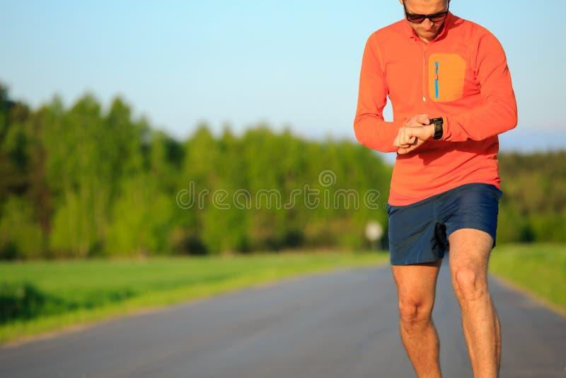 赛跑者训练和检查秒表巧妙的手表,发怒countr 免版税库存图片