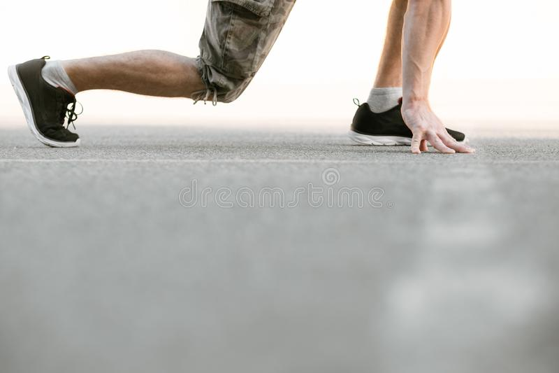赛跑者起动早晨锻炼健康适合生活方式 免版税图库摄影