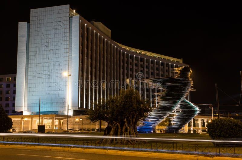 赛跑者雕象在雅典在晚上 免版税库存图片