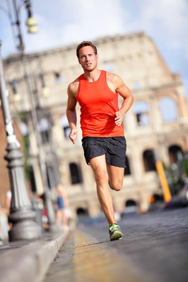 赛跑者-人由罗马斗兽场负责,罗马,意大利 免版税库存图片