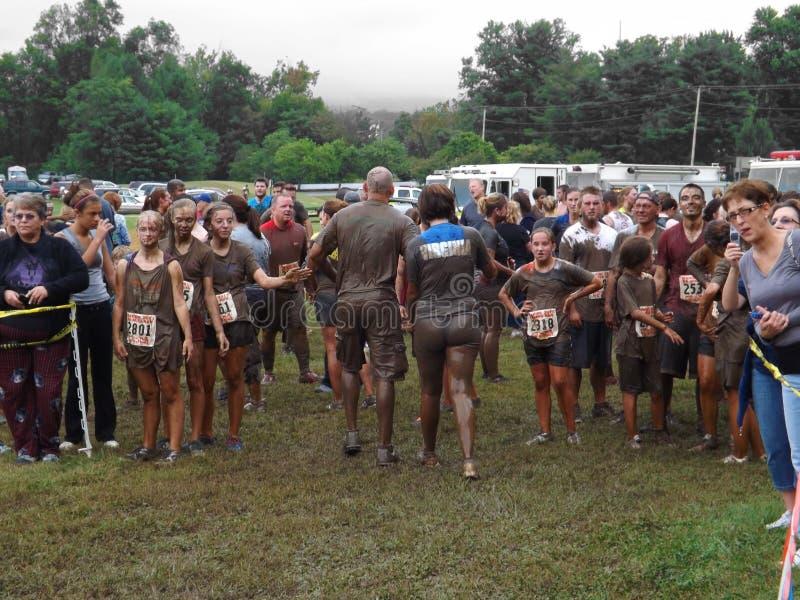 赛跑者结束泥种族 免版税库存照片