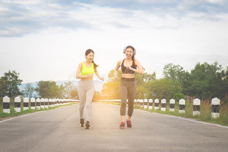 赛跑者-跑户外训练的两名妇女 行使女性 免版税图库摄影