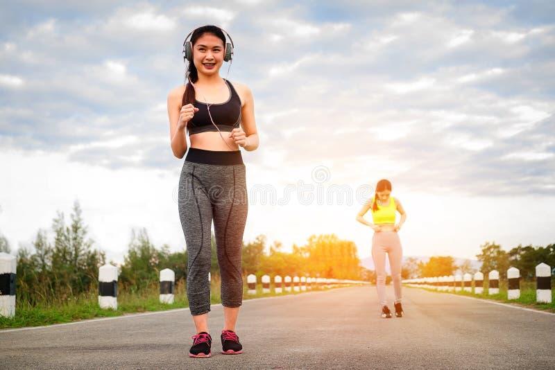 赛跑者-跑户外训练的两名妇女 行使女性 免版税库存照片