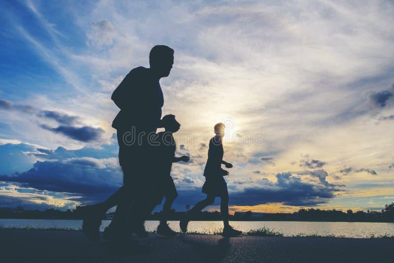 赛跑者` s脚,行动弄脏了赛跑者特写镜头射击赛跑者runnin 库存图片