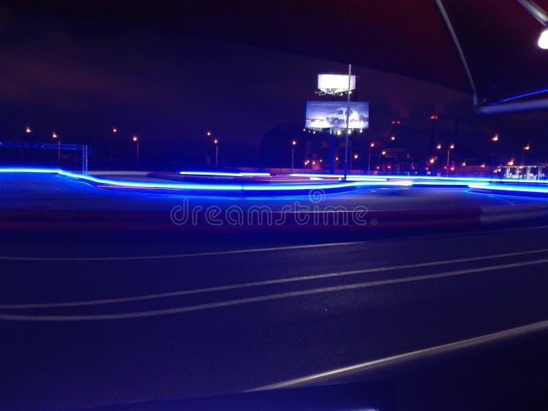 赛跑路的夜大kart 免版税库存图片