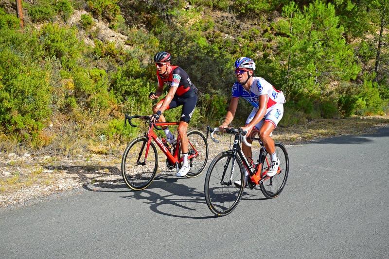 赛跑骑自行车者Xorret De Cati山顶  免版税图库摄影