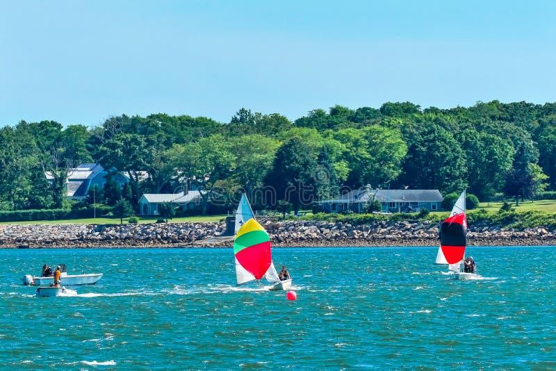 赛跑Padnaram港口达特矛斯M的风船五颜六色的大三角帆 免版税库存图片