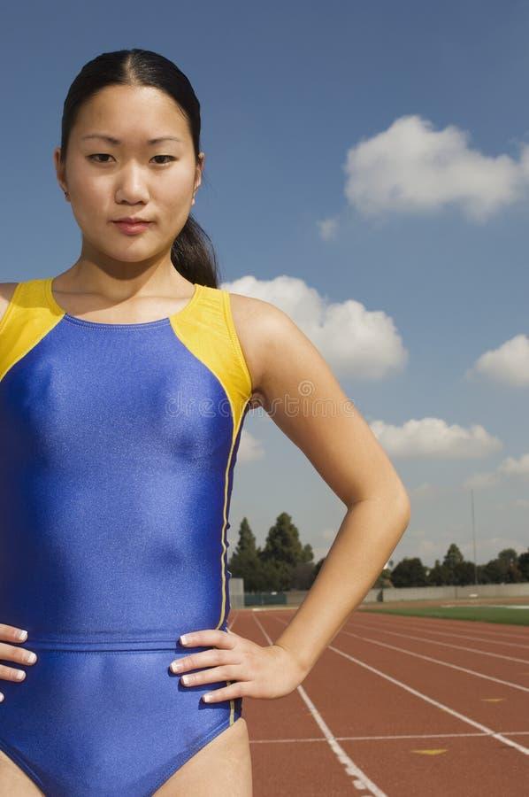 赛马跑道的确信的女运动员 免版税图库摄影