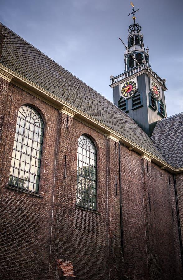 赞丹,荷兰- 2016年6月13日:在Zaan地区传统教会建筑学的一般风景视图在微明的 库存照片