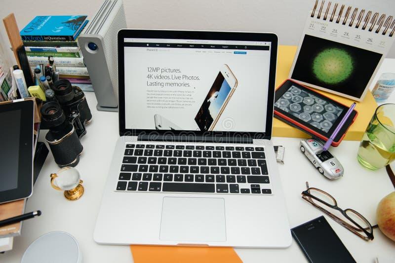 赞成苹果电脑新的iPad, iPhone 6s, 6s加上和苹果计算机电视 库存照片