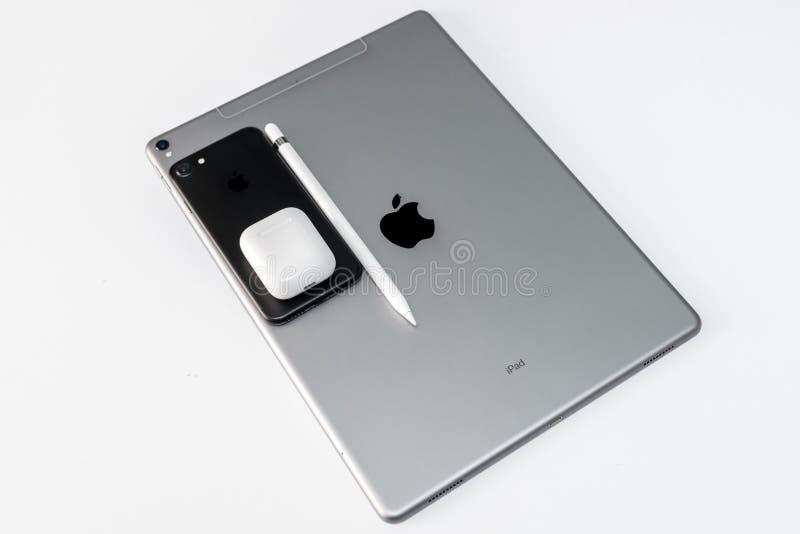 赞成IPad,iPhone、Airpods和苹果计算机做的苹果计算机铅笔 库存照片