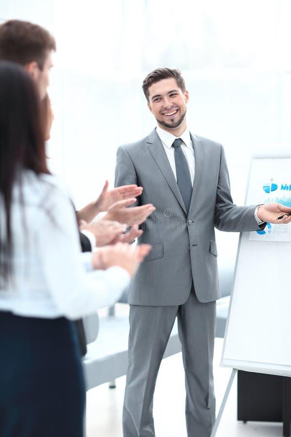 赞许报告人的企业队在企业介绍以后 免版税库存照片
