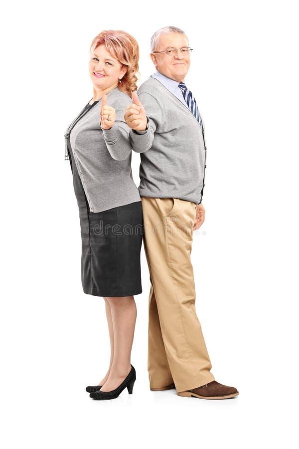 给赞许的一对愉快的成熟夫妇的全长画象 库存照片