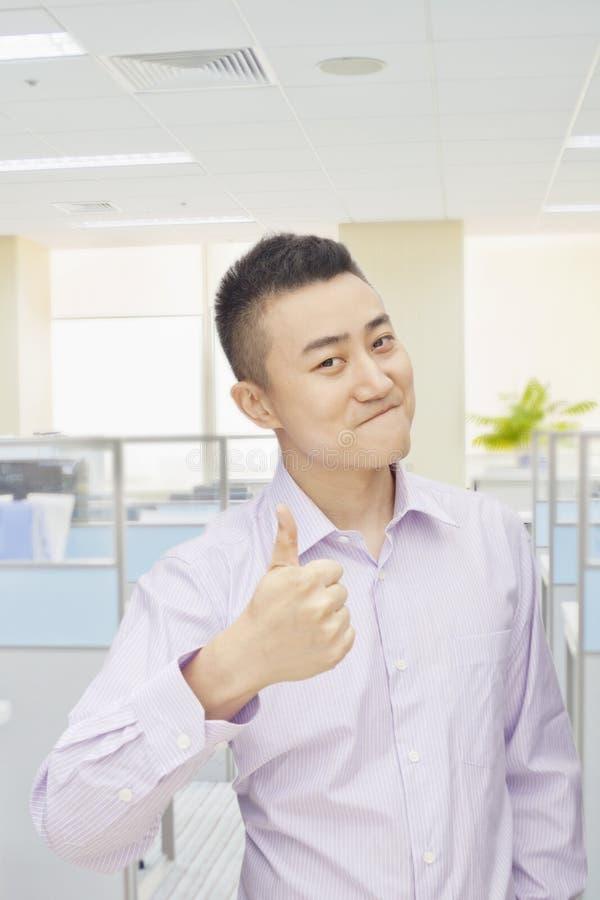 给赞许的成功的年轻人签到办公室,画象 免版税库存图片