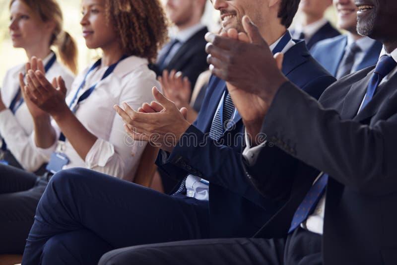 赞许的观众的中间部分在企业研讨会的 免版税库存图片