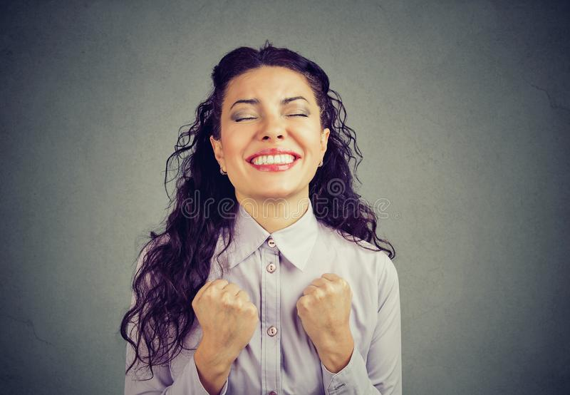 赢取与拳头的成功的妇女抽了庆祝成功 免版税库存图片