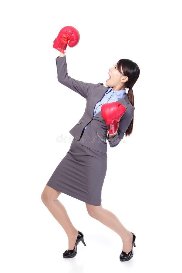 赢取的女商人佩带的拳击手套 图库摄影