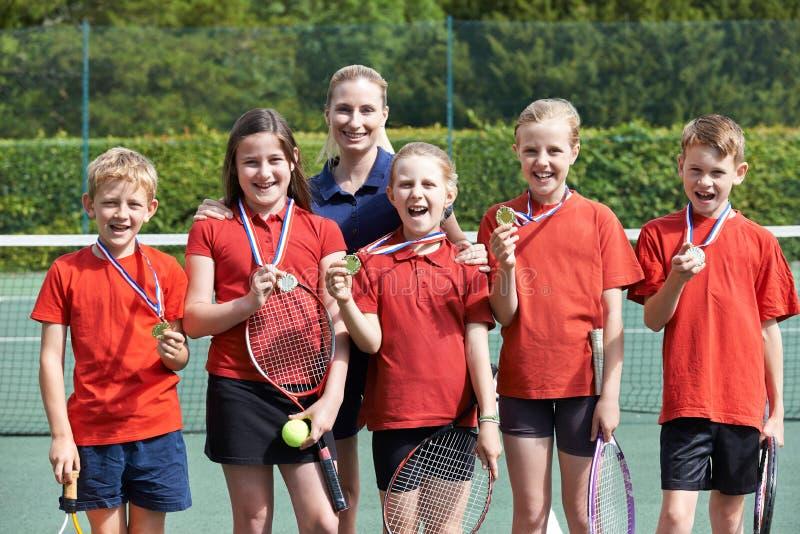 赢得的学校网球队画象与奖牌的 免版税库存图片