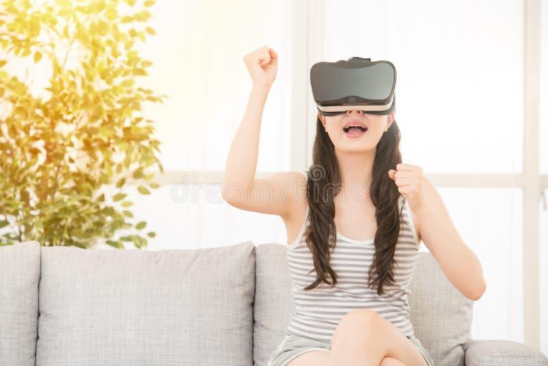 赢VR电子游戏的激动的女孩 免版税库存照片