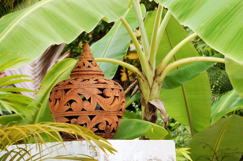 赤土陶器灯罩在香蕉树下 库存照片